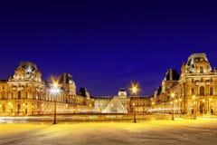 Pyramide en verre et le Louvre Photo stock