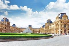 Pyramide en verre et le musée de Louvre Image libre de droits