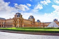Pyramide en verre et le musée de Louvre Photographie stock