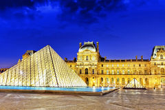 . Pyramide en verre et le musée de Louvre en septembre Photo libre de droits