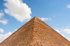Pyramide et ciel images stock