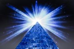 Pyramide et l'éclair lumineux d'une étoile dans l'espace Images stock