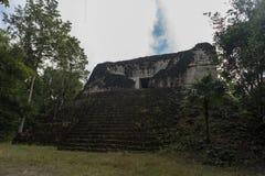 Pyramide et le temple en parc de Tikal Objet guidé au Guatemala avec les temples maya et les ruines de cérémonial Tikal est un an Photo stock