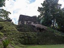 Pyramide et le temple en parc de Tikal Objet guidé au Guatemala avec les temples maya et les ruines de cérémonial Tikal est un an Image libre de droits