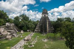Pyramide et le temple en parc de Tikal Objet guidé au Guatemala avec les temples maya et les ruines de cérémonial Tikal est un an Photos stock