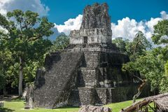 Pyramide et le temple en parc de Tikal Objet guidé au Guatemala avec les temples maya et les ruines de cérémonial Tikal est un an Photographie stock libre de droits
