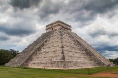 Pyramide et tempête de Chichen Itza Photos libres de droits