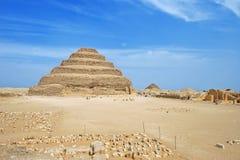 Pyramide faite un pas à Saqqara - l'Egypte, Afrique Photos stock