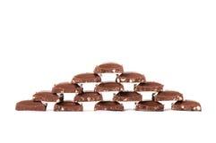 Pyramide gebildet von der Milchschokolade Stockbilder