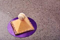 Pyramide geformter Kuchen und macaron Lizenzfreies Stockfoto