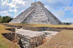 Pyramide im Spiegel lizenzfreies stockfoto