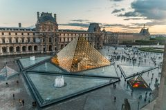 Pyramide Louvremuseum Paris Frankreich belichtete susnet lizenzfreie stockfotografie