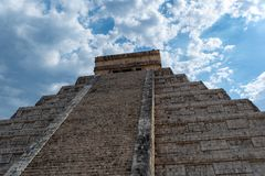 Pyramide maya de Kukulcan El Castillo dans Chichen Itza image stock