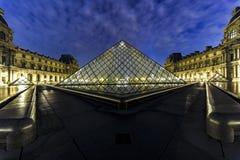 Pyramide Paris de musée de Louvre Image stock