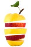 Pyramide rouge et jaune de pomme, coupé et plié Photo libre de droits