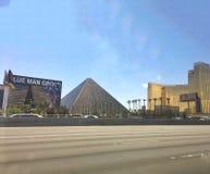 Pyramide semesterort och kasino royaltyfria bilder