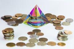 Pyramide und viele Münzen Stockfotografie