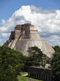 Pyramide und Wolken Uxmal Stockfotografie