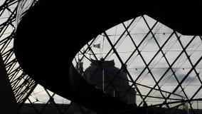Pyramide urbain de Louvre de cieux de Paris Photo libre de droits