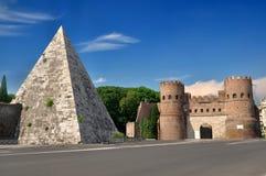 Pyramide von Cestius nahe dem Porta San Paolo stockfoto
