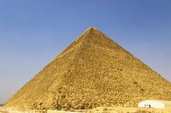 Pyramide von Cheops gegen den Himmel Stockbild