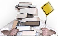 Pyramide von den Büchern In den Händen eines Zeichens mit einem leeren Platz für Ihre Aufschrift Stockbilder