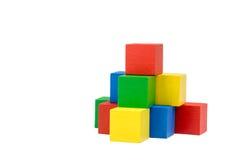 Pyramide von den hölzernen bunten Würfeln Lizenzfreie Stockfotos