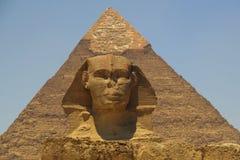 Pyramide von Khafre (Chepren) und die Sphinx in Giseh - Kairo - Ägypten lizenzfreies stockbild