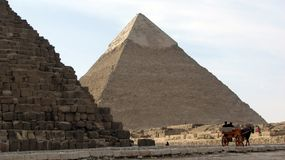 Pyramide von Khafre durch die große Pyramide von Giseh, Ägypten Lizenzfreies Stockfoto