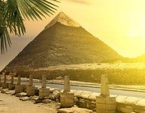 Pyramide von Khafre nahe Straße Stockfotos