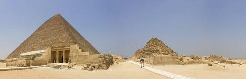 Pyramide von Khufu geschützt von einem Polizisten stockbild