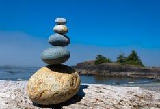 Pyramide von Steinen auf dem Strand Lizenzfreies Stockfoto