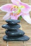 Pyramide von vier Steinen stockfoto