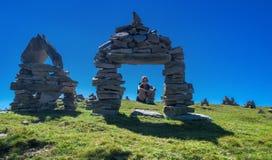 Pyramide zwei, die ein Meditation-Zen an der Gebirgslandschaft entsteint Lizenzfreie Stockbilder