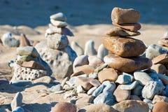Pyramide zwei, die ein Meditation-Zen an der Gebirgslandschaft entsteint Lizenzfreies Stockfoto