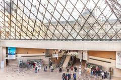 Pyramiden är den huvudsakliga ingången av Louvremuseet - folket är inom Royaltyfri Fotografi