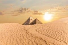 Pyramiden av Khafre och pyramiden av Menkaure, sikt från sand-dyn, Egypten arkivfoto
