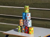 Pyramiden av tenn- cans för att kasta klumpa ihop sig på dem Royaltyfri Foto