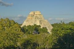 Pyramiden av trollkarlen som är mayan fördärvar och pyramiden av Uxmal i den Yucatan halvön, Mexico på solnedgången Arkivfoton
