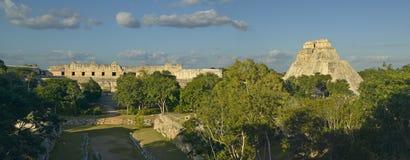 Pyramiden av trollkarlen som är mayan fördärvar och pyramiden av Uxmal i den Yucatan halvön, Mexico på solnedgången Royaltyfria Foton