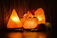 Pyramiden, bunkestora bitar & naturliga saltar lampor | Himalayan salta arkivbilder