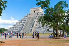 Pyramiden för El Castillo på den archaeological mayaen sitter Arkivbilder