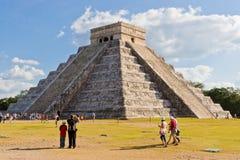 Pyramiden för El Castillo på den archaeological mayaen sitter Royaltyfri Fotografi