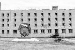 PYRAMIDEN, NORWEGEN - 25. Juni 2015: Äußeres des ruinierten Gebäudes Stockbild