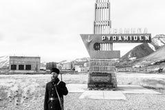 PYRAMIDEN, NORWEGEN - 25. Juni 2015: Russische Führerführungen durch die Goststadt Stockfotos