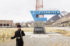 PYRAMIDEN, NORWEGEN - 25. Juni 2015: Russische Führerführungen durch die Stadt Lizenzfreies Stockfoto