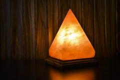 Pyramiden-Salz-Lampe   Himalajasalz lizenzfreies stockbild