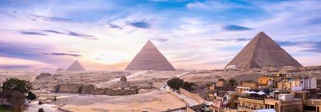 Pyramiden und Sphinx bei Sonnenuntergang lizenzfreies stockfoto