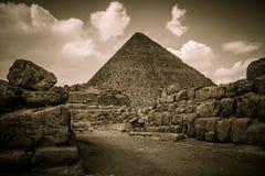 Pyramiden von Giseh mit Wolken, Ägypten Stockbilder