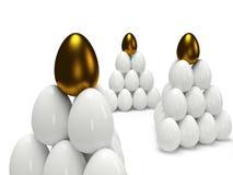 Pyramiden von glänzendem Goldenem und von weißen Eiern Stockbild